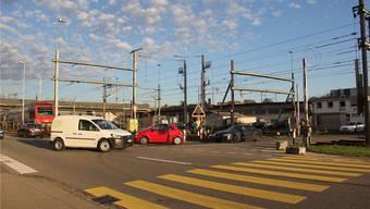 Schon wenige Fahrzeuge, die wie das weisse von der Aarauer- in die Unterwerkstrasse abbiegen wollen, können bei geschlossener Barriere lange Staus verursachen.