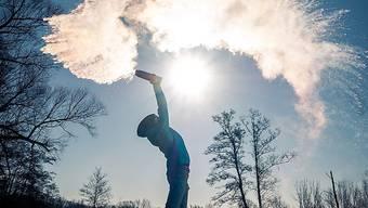 Das Phänomen an einem sonnigen Tag: Aus heissem Wasser wird Schnee.