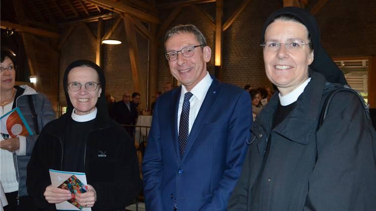 Regierungsrat Urs Hofmann trifft auf den Besuch aus dem Kloster Fahr: Schwester Ruth Tresch (links) und Priorin Irene Gassmann. Janine Müller