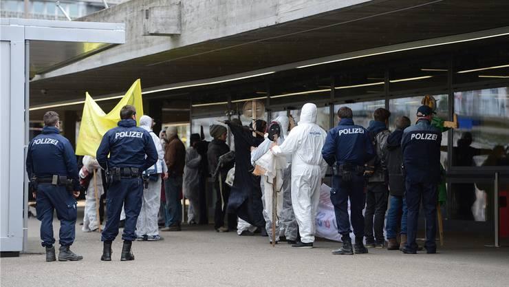 «Zu viel Gift»: Multiwatch-Demo vor der St.Jakobshalle.