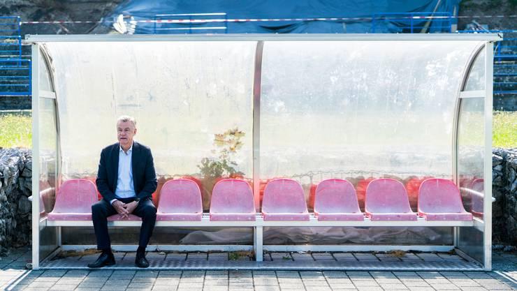 Ottmar Hitzfeld sinniert auf dem Fussballplatz in seiner Heimat Lörrach über den Fussball und seine Karriere.