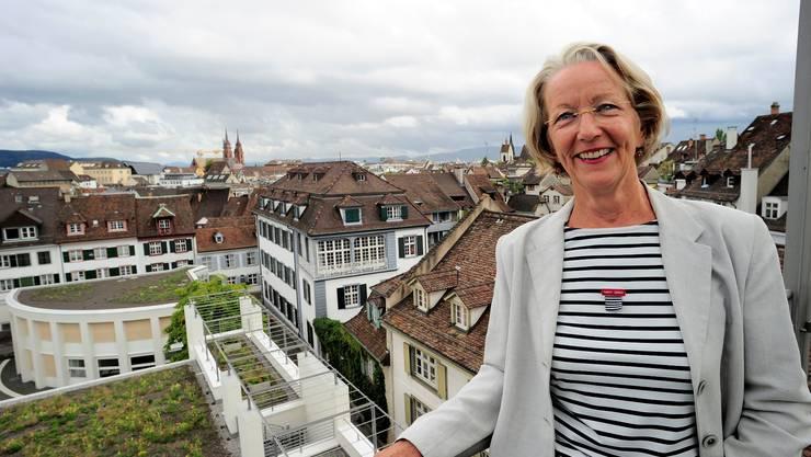 Doris Gysin blickt über die Dächer der Grossbasler Altstadt.