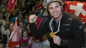 Abfahrtsweltmeister Beat Feuz wird von seinen Fans in der Turnhalle von Bumbach empfangen.