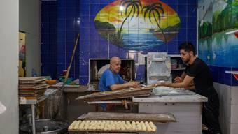 Ein Syrer bei der Arbeit in einer Bäckerei in Istanbul. (Bild: Bülent