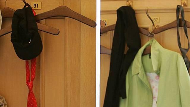 Nudisten geben Kleider an Garderobe ab