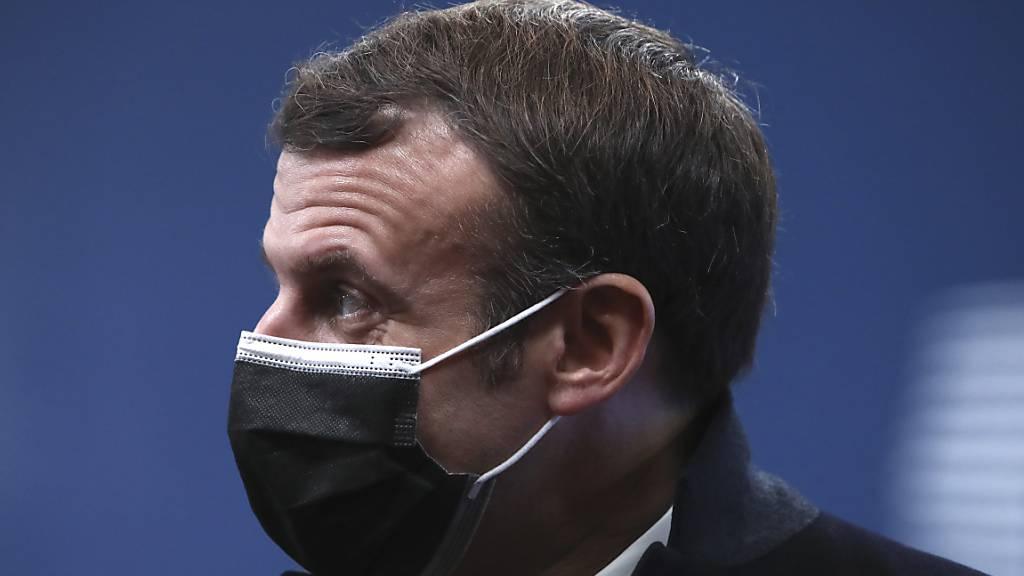 Emmanuel Macron, Präsident von Frankreich, trägt eine Mund-Nasen-Maske. Macron ist derzeit in Corona-Isolation. Foto: Yves Herman/Pool Reuters/AP/dpa