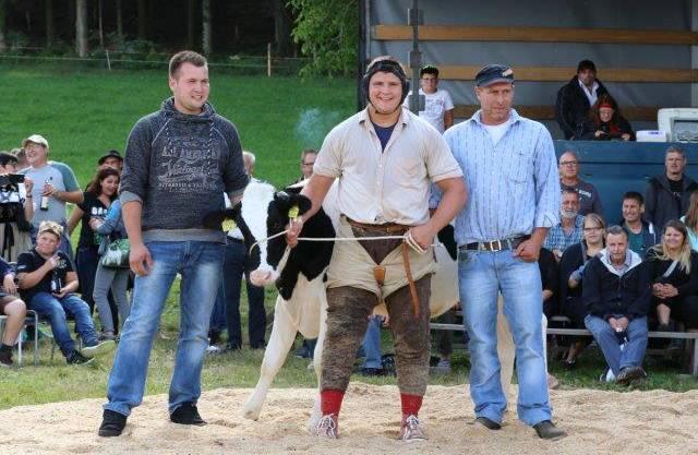 Festsieger Alpiger Nick mit Rind Rosalie und dem Züchter Fabian Reubi und Sponsor Felix Stalder