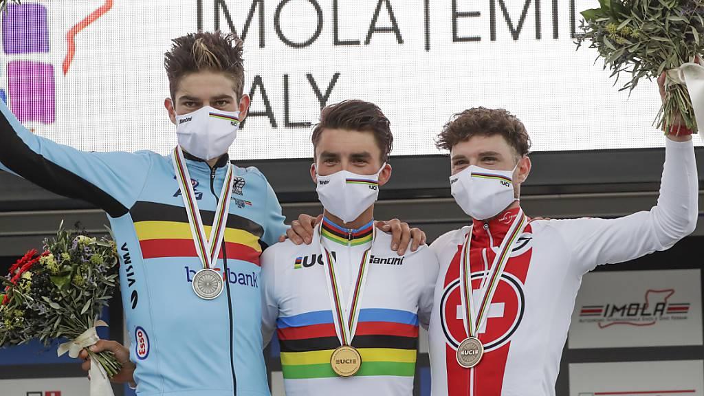 Marc Hirschi (rechts) gewinnt im WM-Strassenrennen im Imola die Bronzemedaille. Weltmeister wird der Franzose Julian Alaphilippe (Mitte) vor dem Belgier Wout van Aert