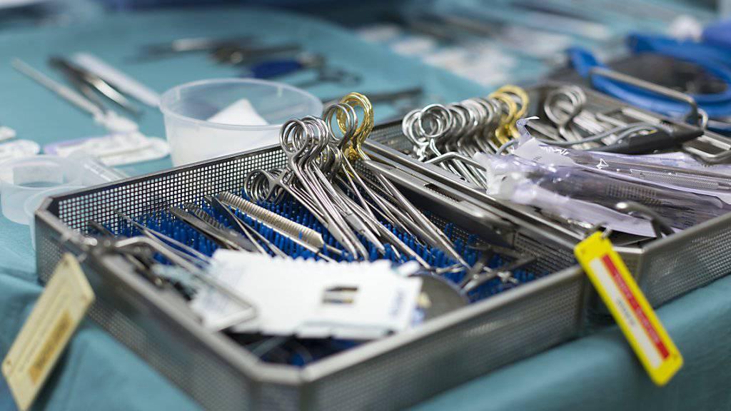 Operationsbesteck in einem Spital. (Symbolbild)