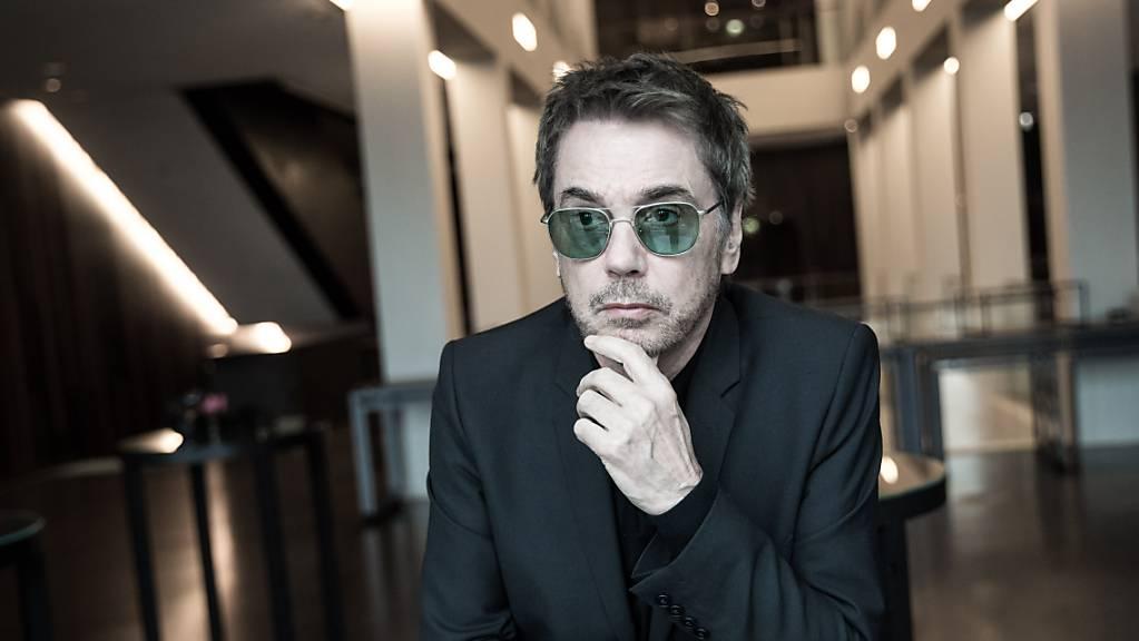 ARCHIV - Der Musiker Jean-Michel Jarre will am Silvesterabend in Paris ein Konzert als Avatar geben. Foto: Christian Charisius/dpa