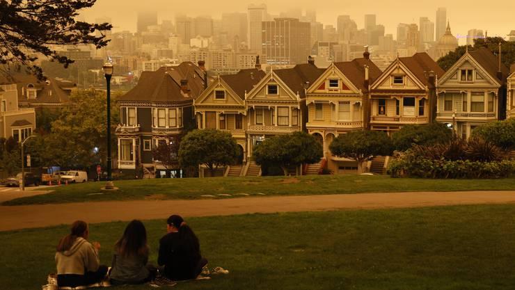 Dichter Rauch liegt über weiten Teilen des Staates Kalifornien, San Francisco ist in orangeroten Nebel gehüllt.