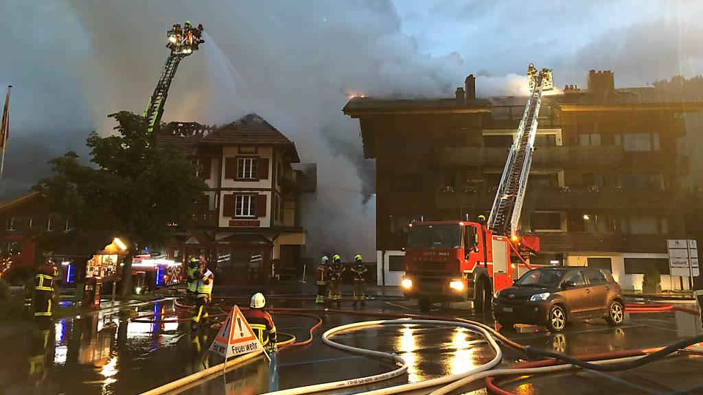 Grossbrand zerstört drei Gebäude im Dorfzentrum von Zweisimmen