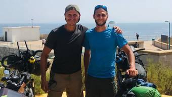Wegen Corona konnten der Oberentfelder Fouad Tilaoui (l.) und sein Bruder Mohamed nicht wie geplant bis nach Marrakesch fahren. Ab Gibraltar blieb ihnen nur der Blick über die Meeresenge nach Marokko.