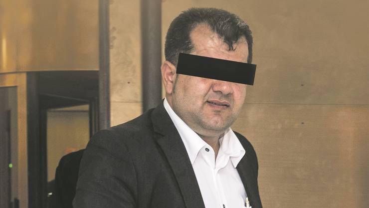 K.T. beim Gang vor das Bundesstrafgericht 2014. Er wurde verurteilt wegen Terror-Propaganda für al-Kaida.