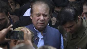 Der frühere pakistanische Premierminister Nawaz Sharif muss für sieben Jahre ins Gefängnis. In dem Fall geht um die ungeklärte Finanzierung eines Stahlwerks in Saudi-Arabien. (Archivbild)