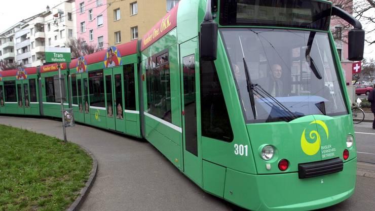 Ein 24jähriger Mann wurde am Mittwoch ohne Motiv an einer Tramhaltestelle in Basel zusammengeschlagen. (Bild: Basler Tram Nr. 8)