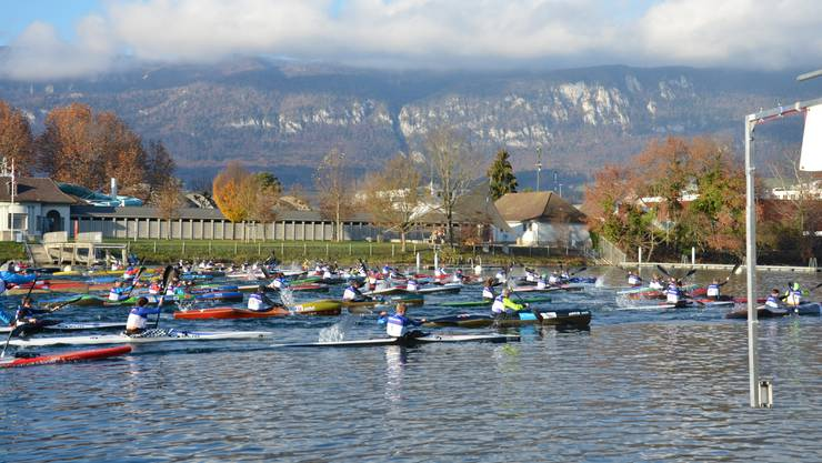 Der Start in die Wintercupserie der Kanuten wurde am Samstag traditionell auf der Aare in Solothurn durchgeführt. Der Name Wintercup war aber an diesem Tag eine eher unpassende Bezeichnung. Bei frühlingshaften Temperaturen, einer spiegelglatten Aare und einer wunderbaren Kulisse mit der Solothurner Altstadt und dem Jura im Hintergrund, kämpften 90 Kanuten und SUP um die Siege in ihren Kategorien. Auf die Standartausrüstung beim Wintertraining, Paddelhandschuhe und Kappen, konnte für einmal verzichtet werden; die Gefahr von Erfrierungen war sehr gering. Das OK der Solothurner Kajakfahrer freute sich über die Rekordbeteiligung, obwohl das Bootshaus der Solothurner Kajakfahrer und die Parkplatzsituation an ihre Kapazitätsgrenzen kamen. Sehr erfreulich war, dass der neu gewählte Präsident des Schweizerischen Kanuverbandes SKV, Alain Zurkinden, vorbeischaute und gleich auch startete. Das Kanufahren eine Lifetime-Sportart ist, zeigte sich auch an den Altersunterschieden der Teilnehmenden: der älteste Teilnehmer war 71 und die jüngste Starterin erst gerade 11 Jahre alt! Bereits beim Massenstart vor der Solothurner Badi wurde um jeden Meter gekämpft, um möglichst eine optimale Position für den weiteren Rennverlauf zu bekommen und den Anschluss an die Konkurrenten nicht zu verlieren. Die Tagessiege gingen an die beiden Sportsoldaten im Regattaboot, den Luzerner Linus Bolzern und die Rapperswilerin Franziska Widmer. Die Kaderleute des Kanu-Leistungszentrums Solothurn verzichteten, wie die meisten der 90 Startenden auch, auf einen Start im Regattaboot und fuhren den Wintercup im Wildwasserrennboot. Dies aus der Überlegung, dass die  klar schnelleren Regattaboote für das Rennen in Solothurn zwar einen Vorteil boten, in den kommenden Wintercuprennen aufgrund der Strömungsbedingungen aber nicht mehr eingesetzt werden können und für die Gesamtwertung nur die Punkte zählen, die im gleichen Bootstyp erreicht werden.  Bei den Wildwasserbooten hatten die beiden Solothurner Melanie Mat