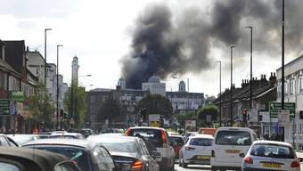 Nach Ausbruch des Brandes bei der Baitful Futuh-Moschee in London war über dem Viertel eine Rauchwolke zu sehen.