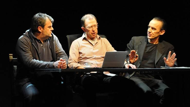 Drei Männer, ein Stück: Nur welches Thema eignet sich für ein Konversationstück? (Bild: Kofmehl)
