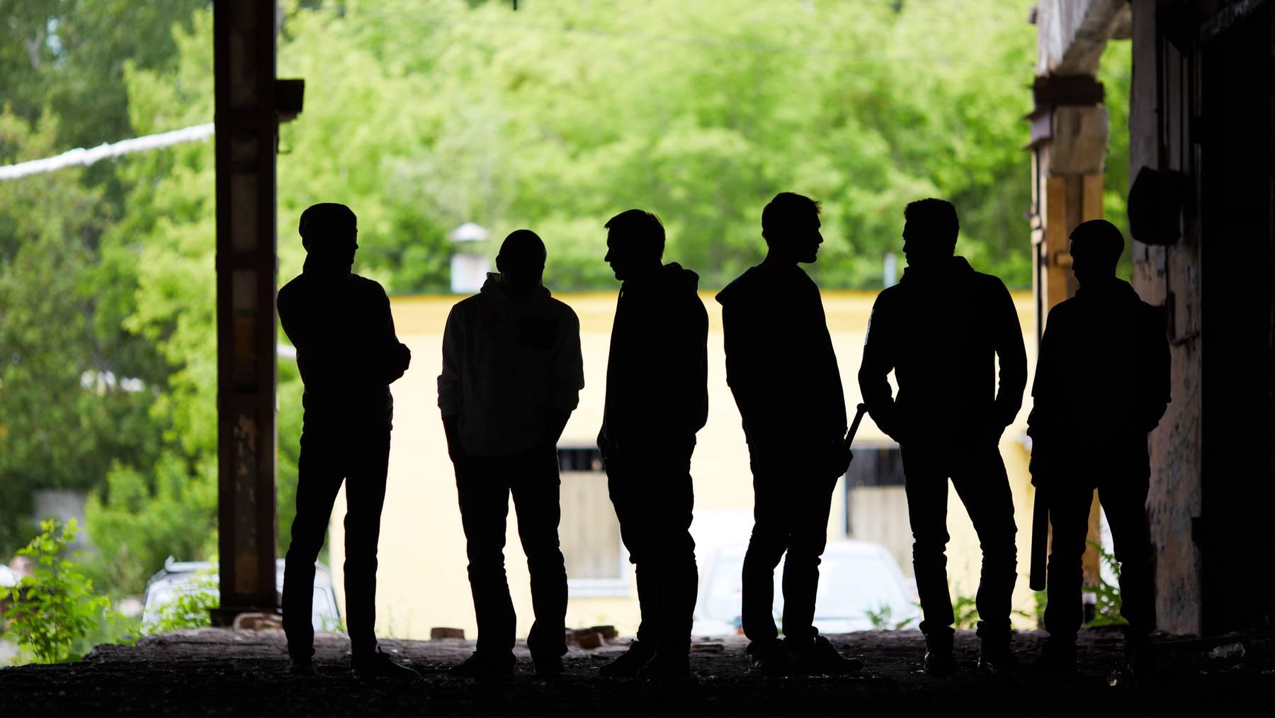 Während jüngere Jugendliche eher als Einzeltäter agieren, sind ältere Jugendliche eher als Gruppe unterwegs.