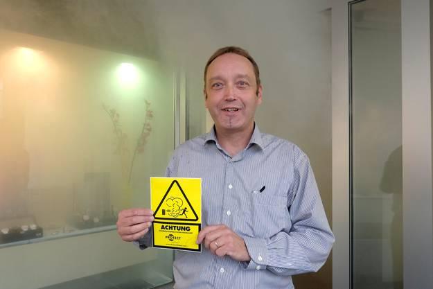 Geschäftsführer Claude Zufferey mit Warnschild.