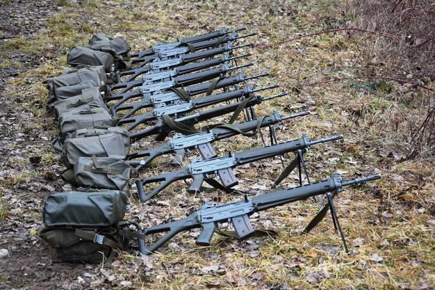 Tag der Angehörigen - Genie Rekrutenschule 73 16-3 - auf dem Waffenplatz Brugg; Sturmgewehr 90 / Sturmgewehre 90