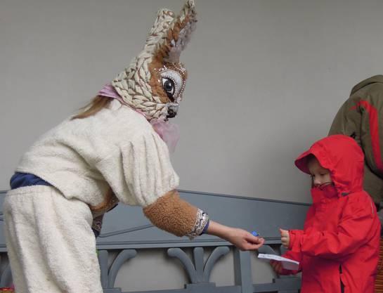 Die Kinder holten sich ihre Schoggi-Eier direkt bei den Osterhasen.