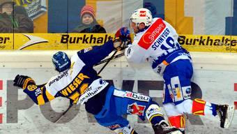 Der Zürcher Daniel Schnyder (rechts) räumt den Davoser Dino Wieser aus dem Weg.JÜrgen Staiger/Keystone
