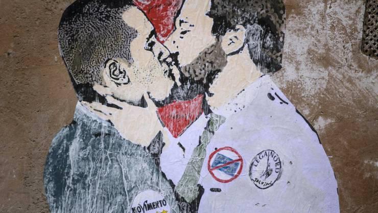 Graffiti-Wunschdenken auf einer Mauer in Rom: Im politischen Machtkampf um den Posten des Regierungschefs müssen sich Fünf-Sterne-Chef Luigi Di Maio (links) und Lega-Boss Matteo Salvini erst noch finden.