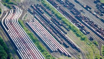 Die Züge der Deutschen Bahn (DB) sind wegen streikenden Lokomotivführern parkiert. Dieses Bild gehört nach der erzielten Einigung im Tarifkonflikt der Vergangenheit an.