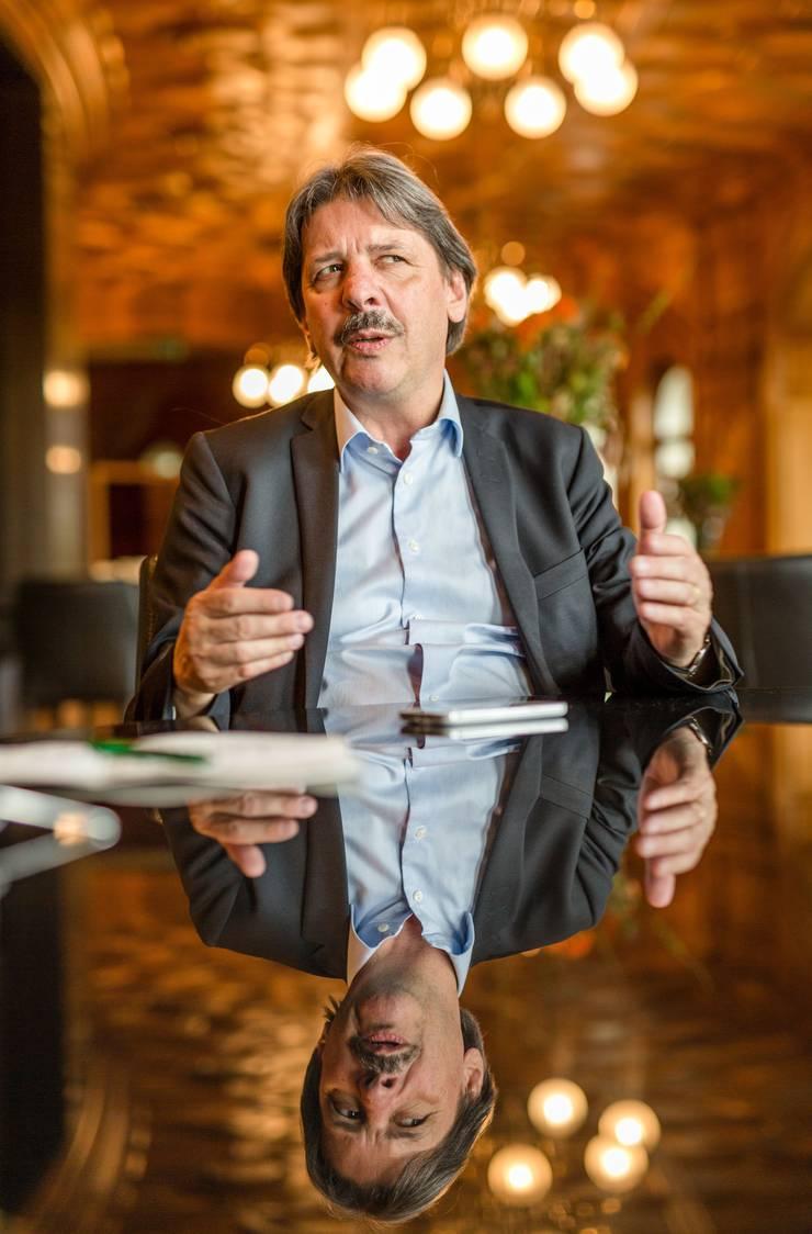 Seit dem 2. Juni 1986 ist Paul Rechsteiner ohne Unterbruch Teil der Vereinigten Bundesversammlung. Zuerst sass er 25 Jahre lang im Nationalrat, seit 8 Jahren politisiert er im Ständerat. Im Oktober will er ein drittes Mal antreten. Dass der langjährige Gewerkschaftsboss im konservativen Kanton St. Gallen bei der Wahl in den Ständerat sogar den früheren SVP-Präsidenten Toni Brunner ausstach, spricht für seine Popularität über die Parteigrenzen hinaus. Rechsteiner ist 66 Jahre alt, verheiratet und praktiziert als Anwalt.