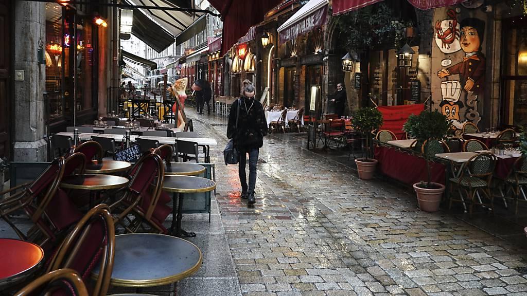 In Paris schliessen die Bars wegen der Corona-Lage für zwei Wochen.