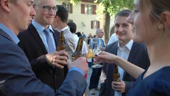 Der Allerbeste, Cedric Reichmuth (2. v.r.), stösst mit Freunden an. (ASA)