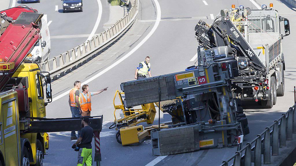 Wegen der umgekippten Baumaschine musste die Autobahn A9 zwischen Chexbres und Belmont in Fahrtrichtung Lausanne vorübergehend gesperrt werden.