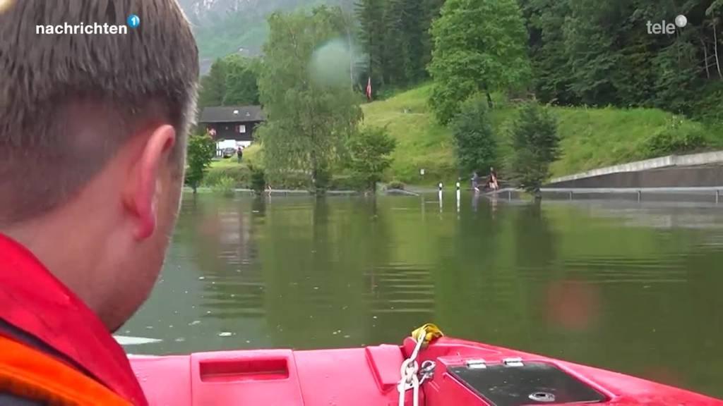 Anwohner abgeschnitten: Feuerwehr Lauerz macht Kontrolltouren mit dem Boot