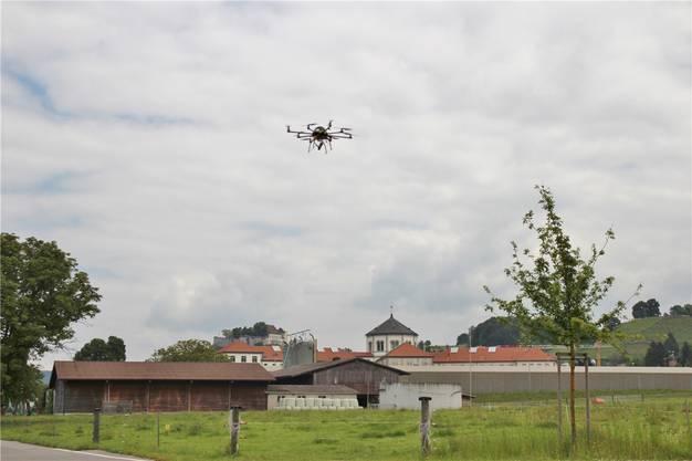 Eine Drohne im Anflug auf die Strafanstalt. Ohne ein Warnsystem können Drohnen ungehindert über das Gefängnis fliegen und Waren abwerfen.