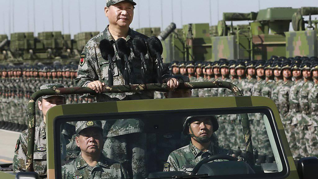 Chinas Präsident Xi Jinping am Wochenende an einer Militärparade - Er will eine rasche Modernisierung der Armee seines Landes.
