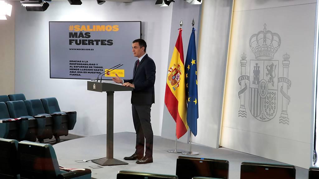 Der spanische Ministerpräsident Pedro Sanchez erläuterte am Samstag die Lockerungen der Massnahmen zur Eindämmung der Corona-Krise. Seit Sonntag herrscht im früheren Corona-Hotspot eine «neue Normalität». Nach genau 14 Wochen ging um Mitternacht der Notstand zu Ende. (Archivbild)