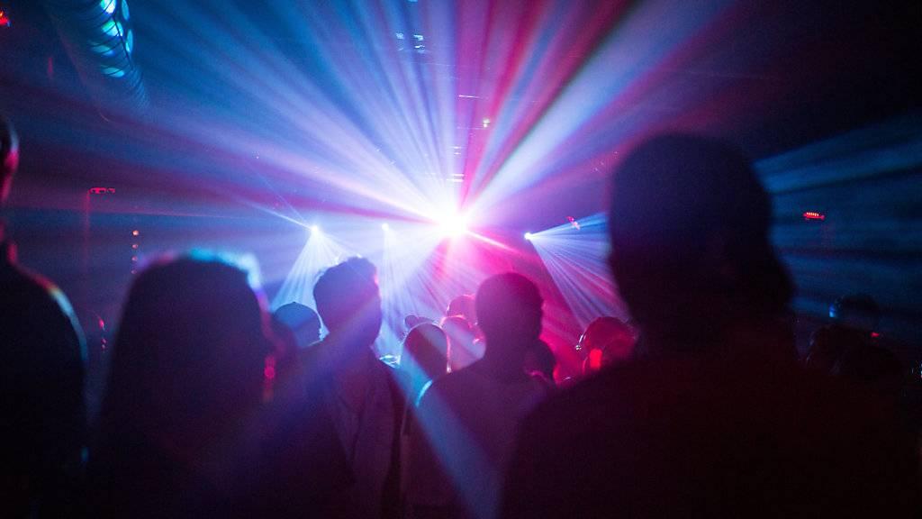 Vor dem Zutritt zu einem Nachtclub mit einem QR-Code registrieren: Die IG-Kultur Luzern lanciert ein neues Contact-Tracing-Angebot. (Symbolbild)