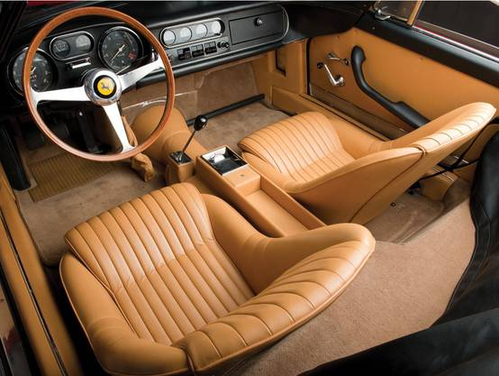 Des Interieur des Ferrari 275 GTB/4 N.A.R.T ist aus edlem, hellbraunen Leader - und sieht aus wie neu.