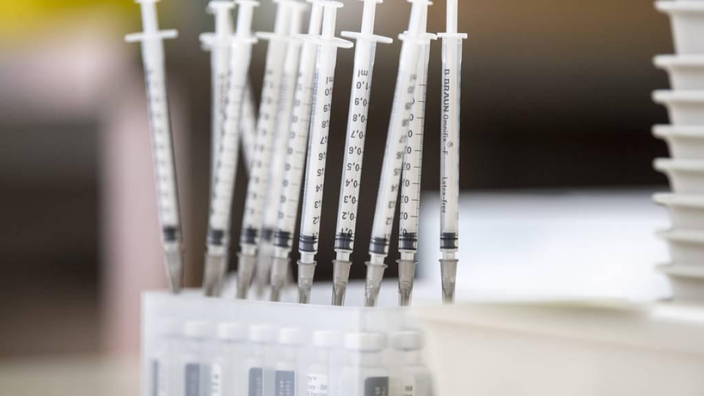 Der Bundesrat will den Zugang zu Impfungen in der Schweiz auch für im Ausland lebende Schweizer und ihre Familien sowie Grenzgängerinnen ohne obligatorische Krankenkasse ausweiten. (Symbolbild)