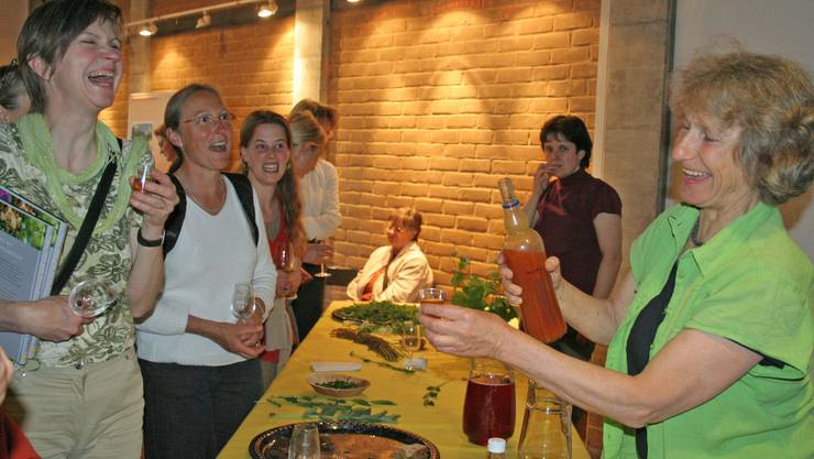 Die Buchautorin und Seelsorgerin Gisula Tscharner (r.) begeistert die Gäste im Meck mit ihren Wildpflanzenküche. (Bild: Peter Larson)