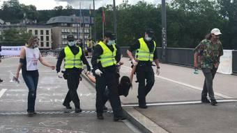 """Rund 250 Demonstranten der Umweltgruppierung """"Extinction Rebellion"""" haben am Samstagmittag die Quaibrücke in Zürich blockiert. Die Polizei liess die Aktivisten vorerst gewähren, forderte sie aber auf, die Brücke freizugeben."""