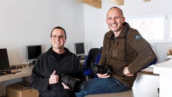 Andreas (links) und Christian Zimmermann in ihrem Büro in Flumenthal, wo sie jeweils ihre Reisen in alle Welt planen.