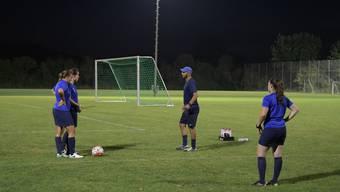 Wortreich gibt Aziz Aniba seinen Spielerinnen während des Trainings Anweisungen.