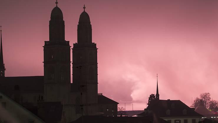 Wegen des Nebels konnte sich das Silvesterfeuerwerk über der Stadt Zürich nicht wie geplant entfalten.