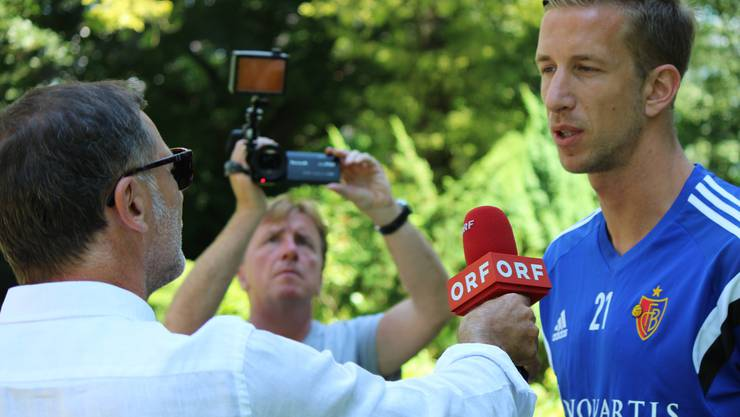 Das mediale Interesse an Marc Janko war bei seinem ersten Auftritt als FCB-Spieler enorm