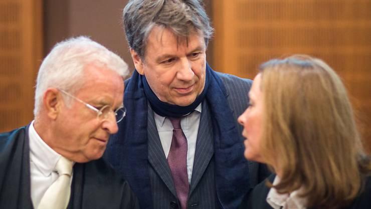 Kachelmann zwischen seinen beiden Anwälten: Er habe das Vertrauen in die Justiz zurückgewonnen, sagte der Schweizer nach der Verkündung des Urteils.