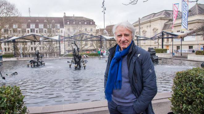 Emil Steinberger beim Tinguely-Brunnen auf dem Theaterplatz in Basel. Foto: N. Nars-Zimmer