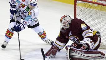 Lakers Andreas Camenzind prüft Servette-Goalie Tobias Stephan.